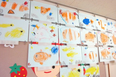 子供たちが描いてくれた水槽のお魚たち。みなさん大変上手に描けていますね!